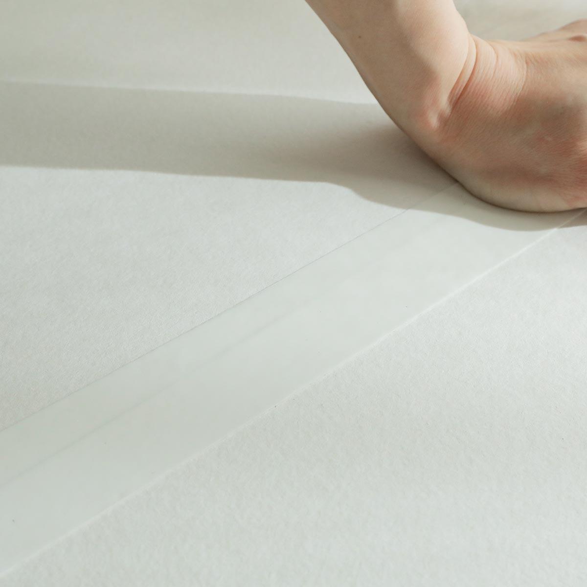 テープの表面は床に吸着し、滑りにくい仕様。