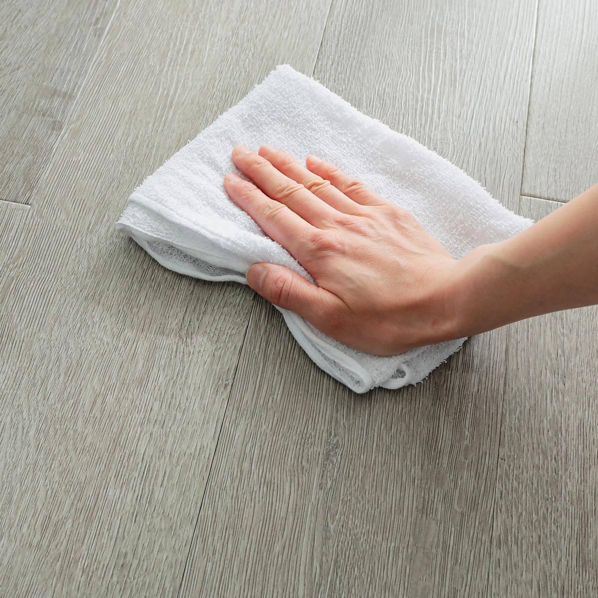 貼り付け前は、床の汚れをきれいに拭きとってください。