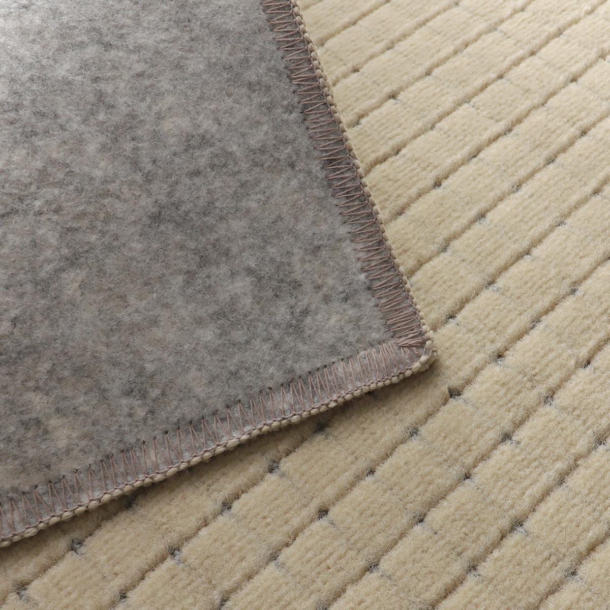 裏面はフローリングが傷つきにくい不織布(スベリ止め加工)張り。