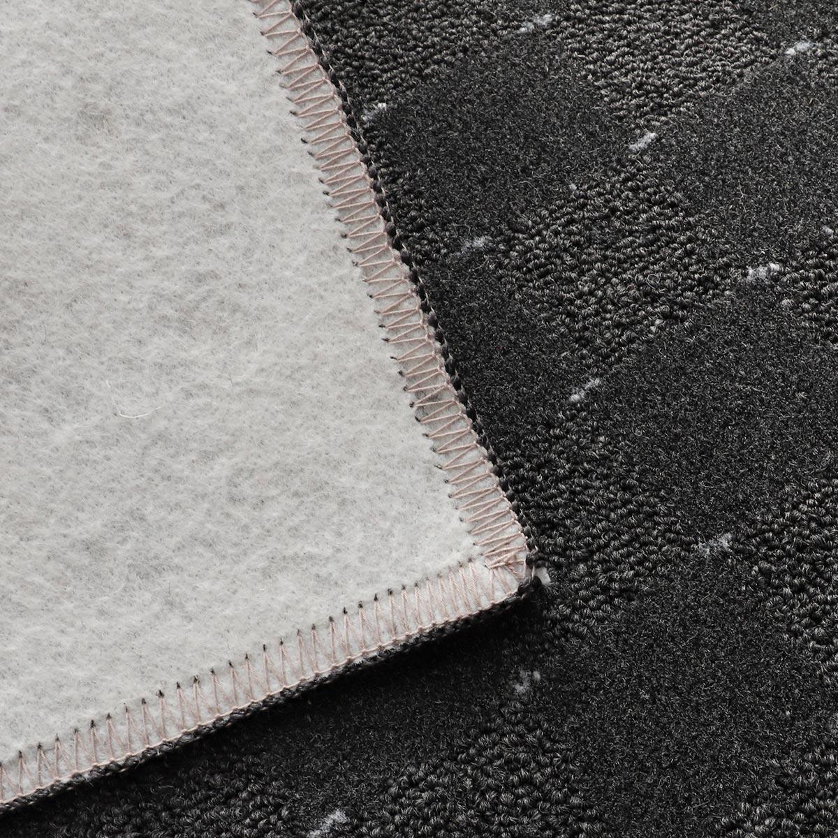 裏面は不織布貼りで床を傷つけにくい。