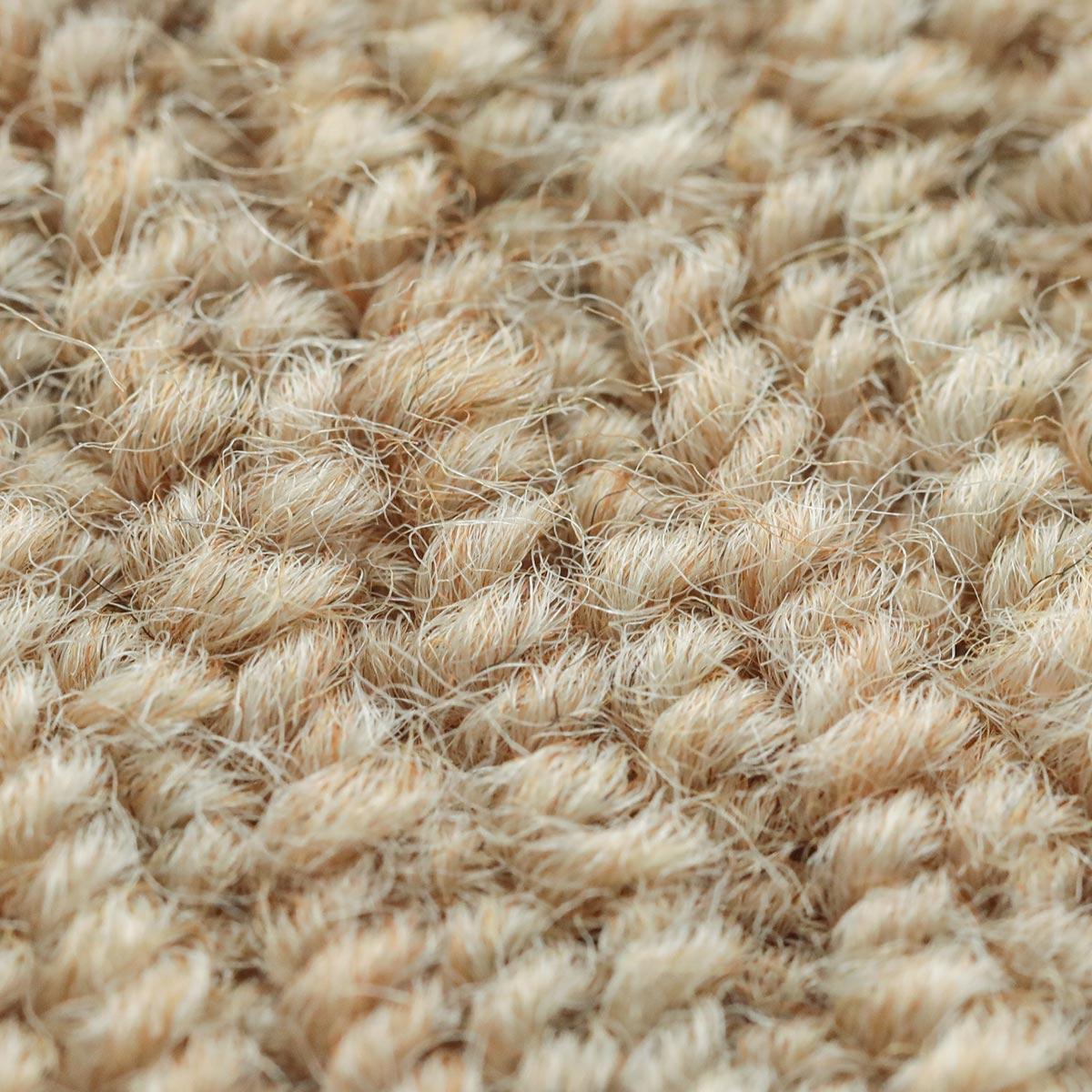 多色の糸をより合わせた床に馴染みやすい配色です。