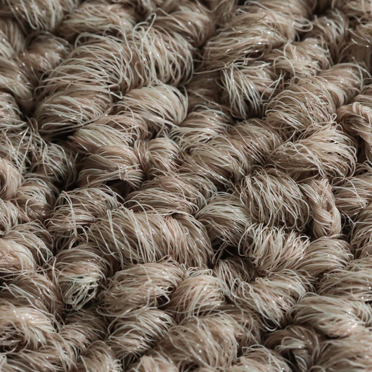 程よいシャリ感のある単色のポリエステル繊維を使用しています。