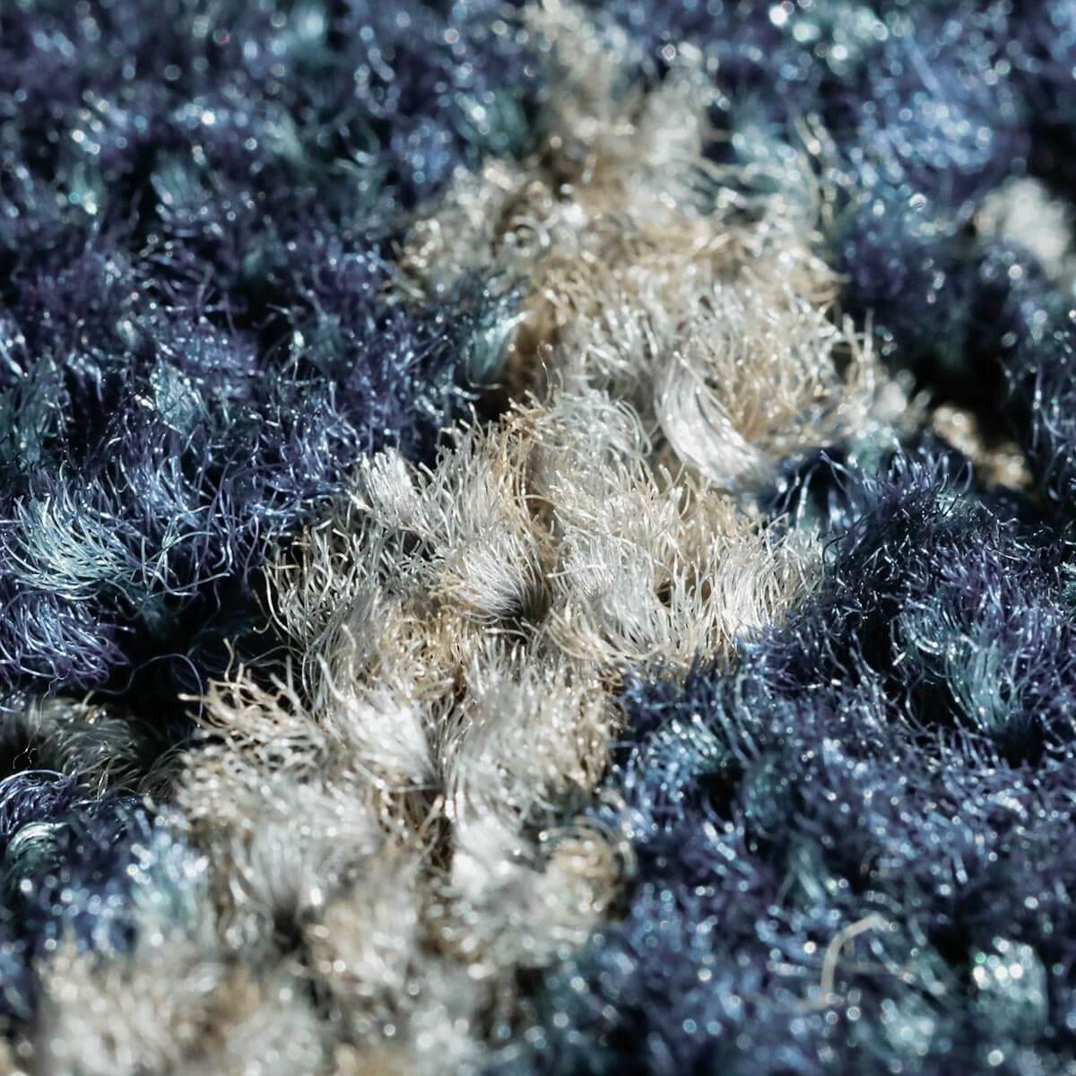 汚れが目立ちにくい加工のナイロン素材で、耐久性抜群。