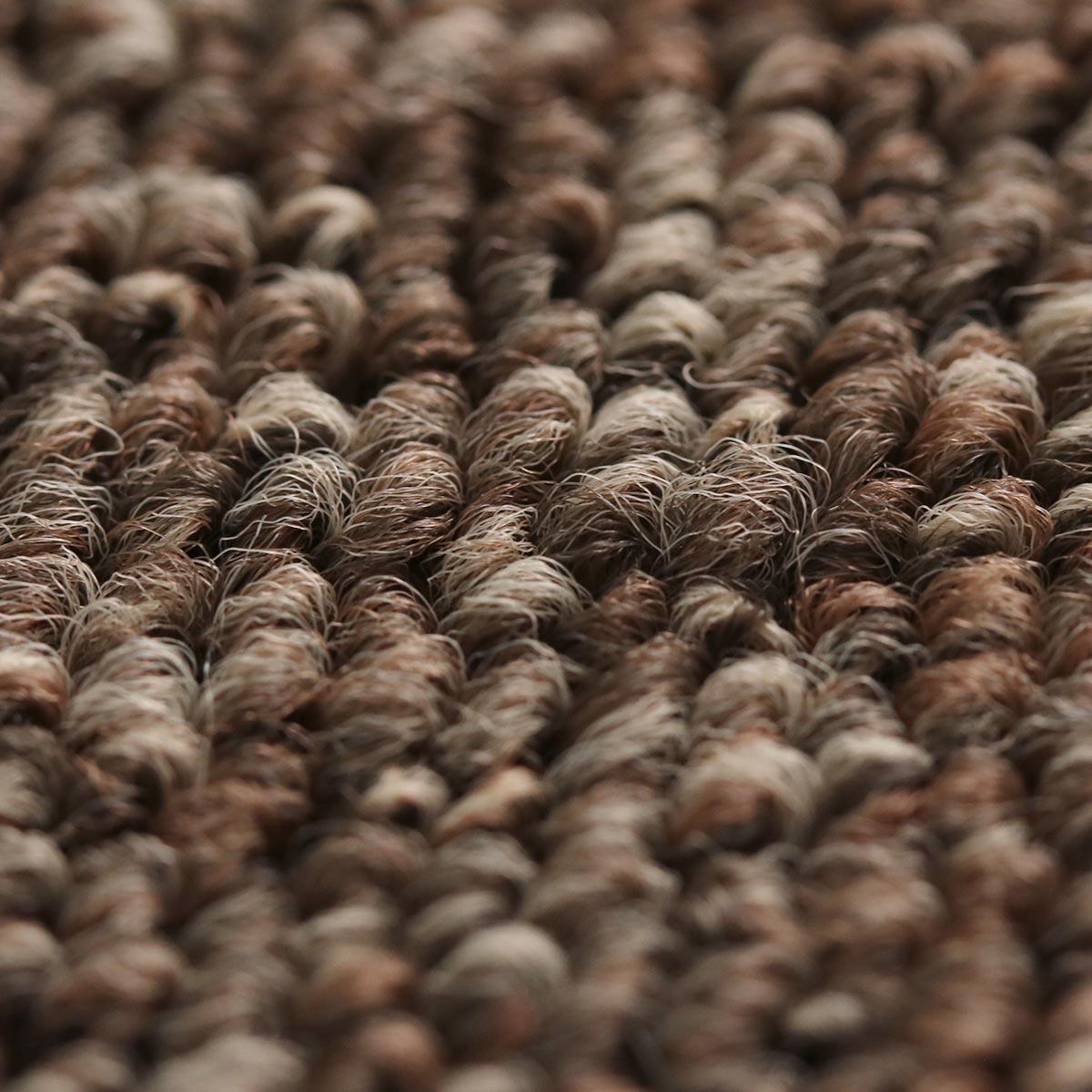 同系色の濃淡がある糸をミックスした落ち着いた雰囲気のカーペット