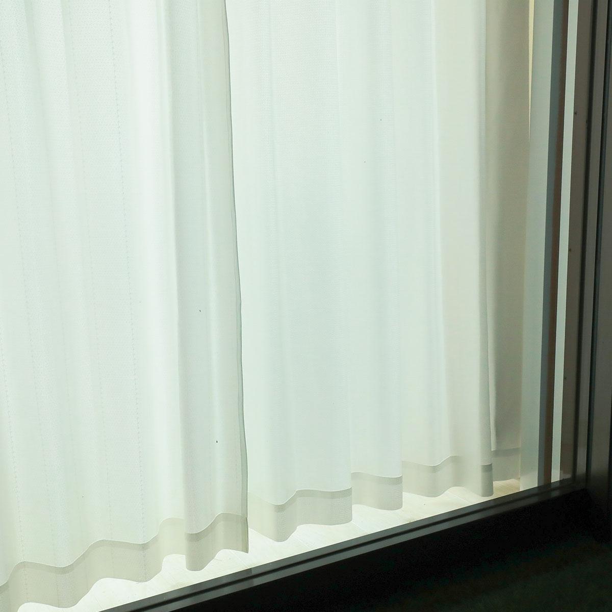 夜間、外から部屋の中を見たようす2