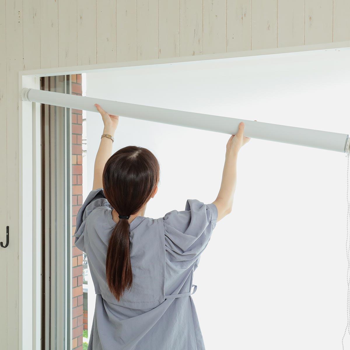 壁に穴を開けずに設置できるつっぱりタイプ。