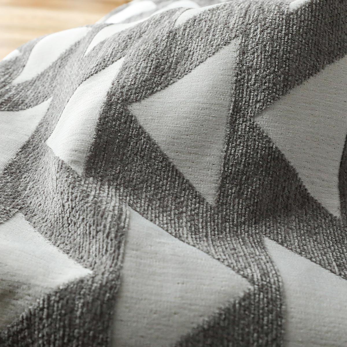 長短の糸で立体的なデザインに。洗えるから汚しても安心です。