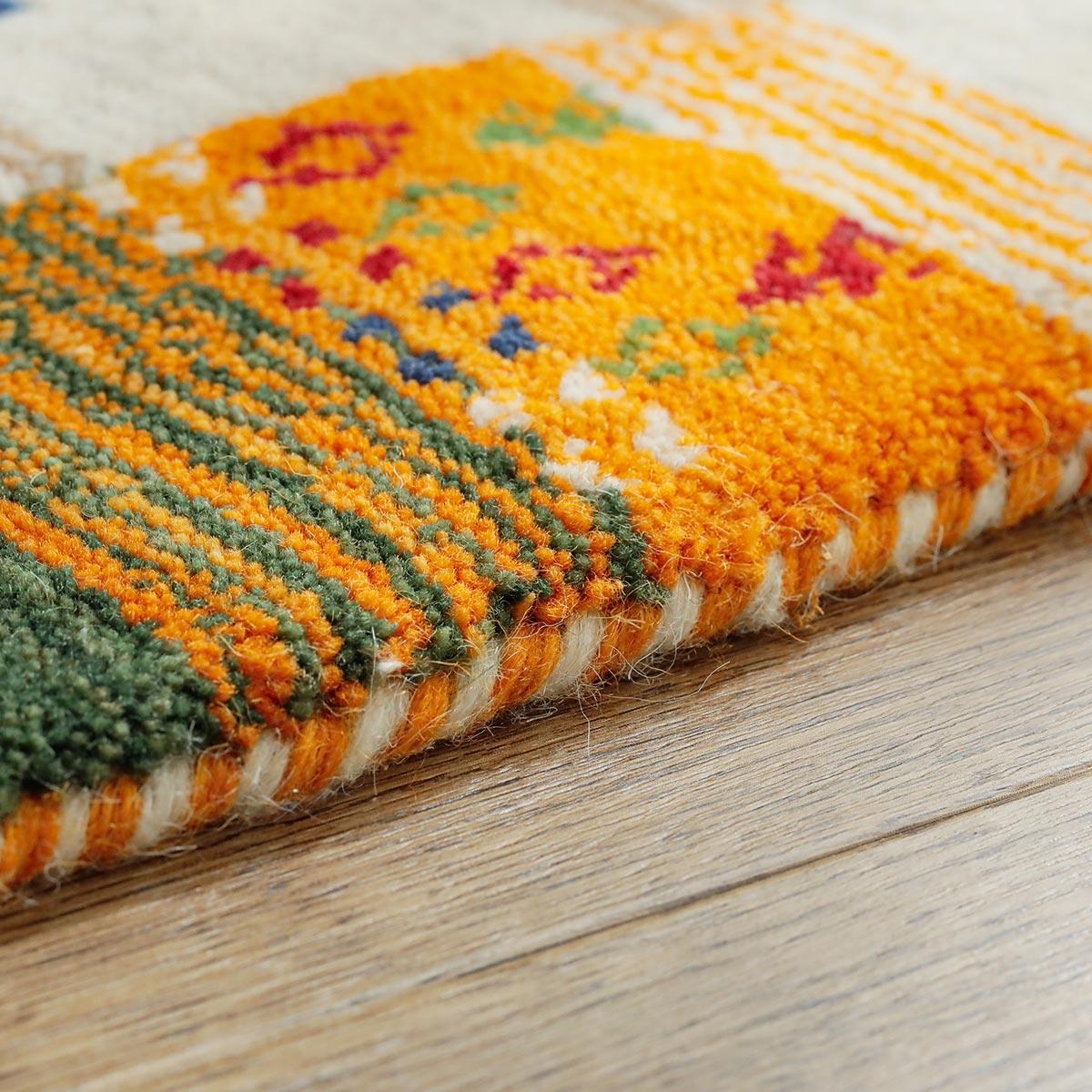 端も羊毛糸でしっかり加工しています。