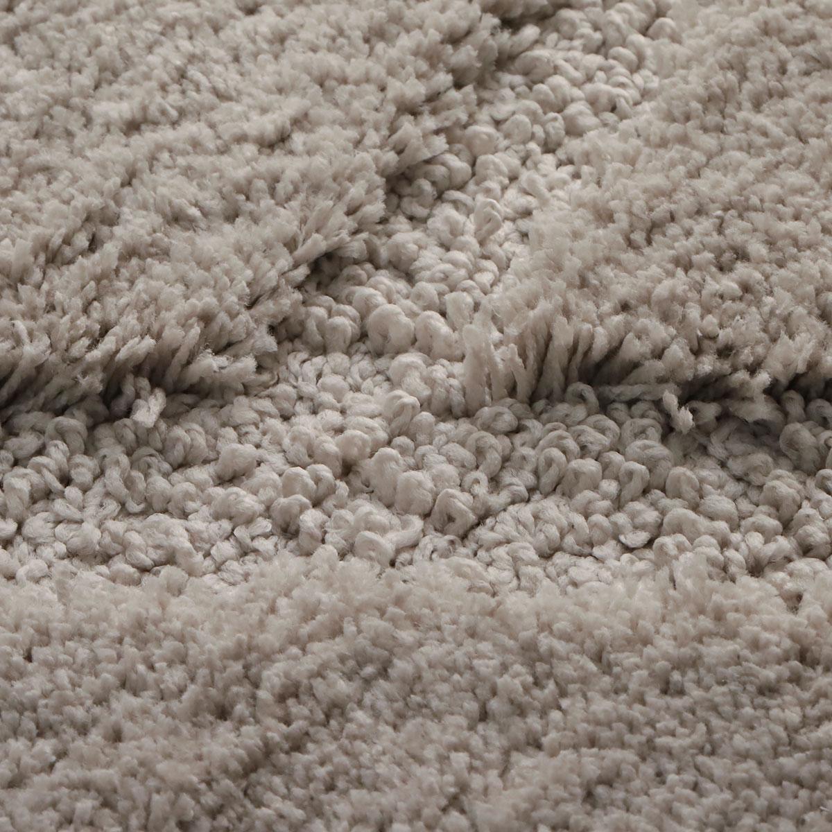 カット&ループの毛を織り込むことでデザインを表現。