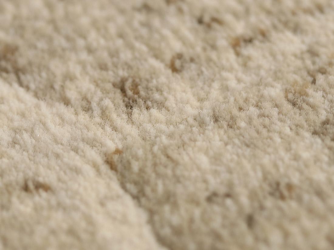 ベルギー製ウィルトン織ラグで丁寧に織り上げているので遊び毛が出にくいです。