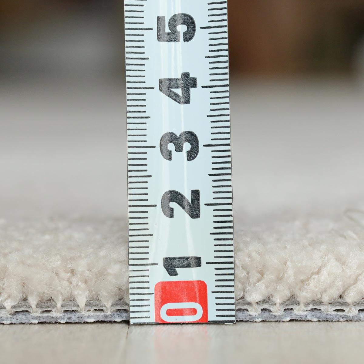 パイル長は約15mm。ふんわりした踏み心地だけどお手入れもしやすい長さです。