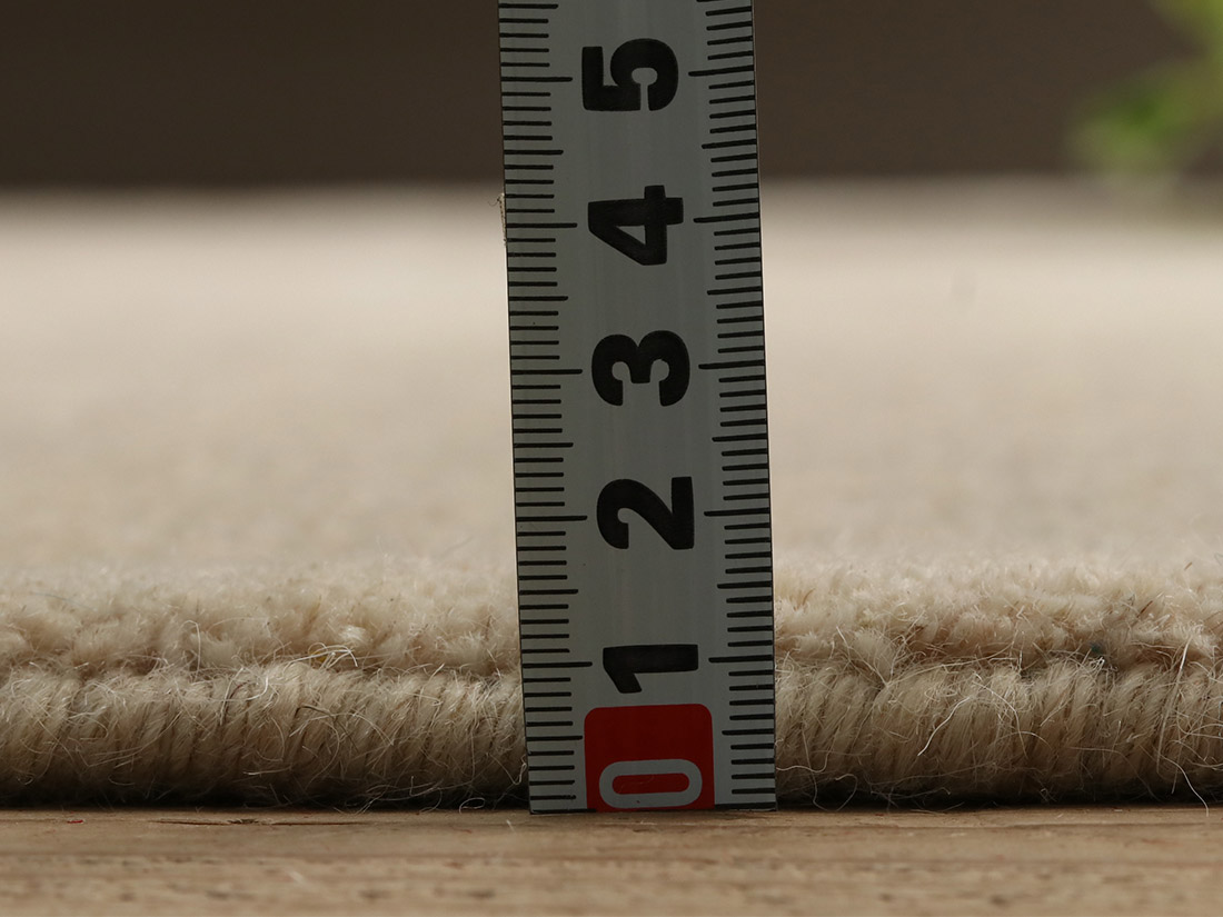 全厚約15mm。ふかふかとした弾力のある踏み心地です。