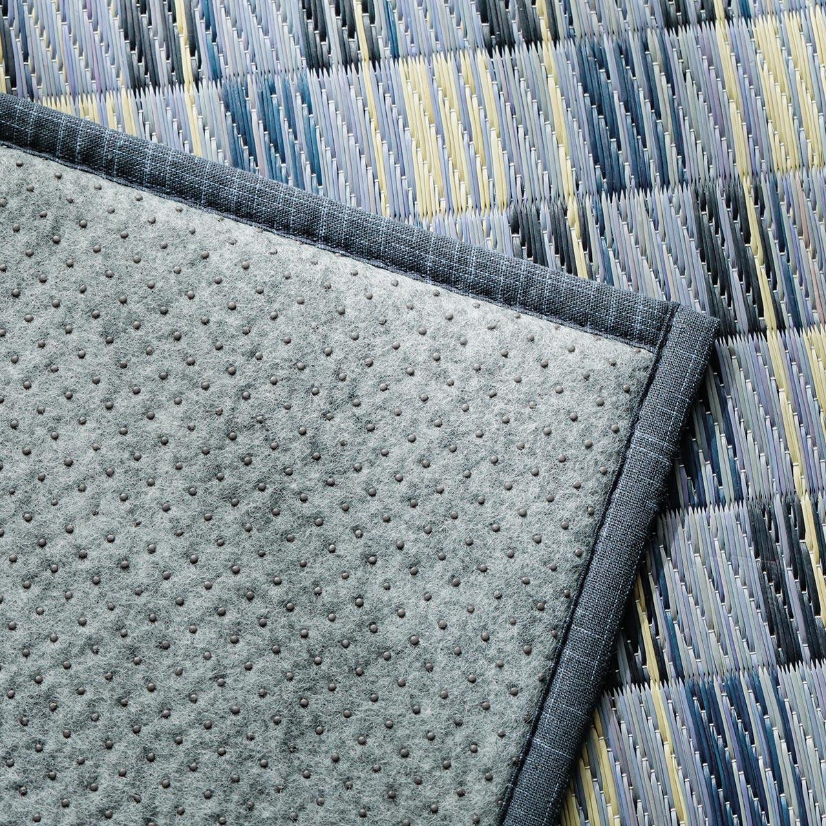 裏は不織布で滑りにくい仕様のラグ