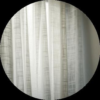 窓際はレースや非遮光のカーテンで自然な光を取り入れる