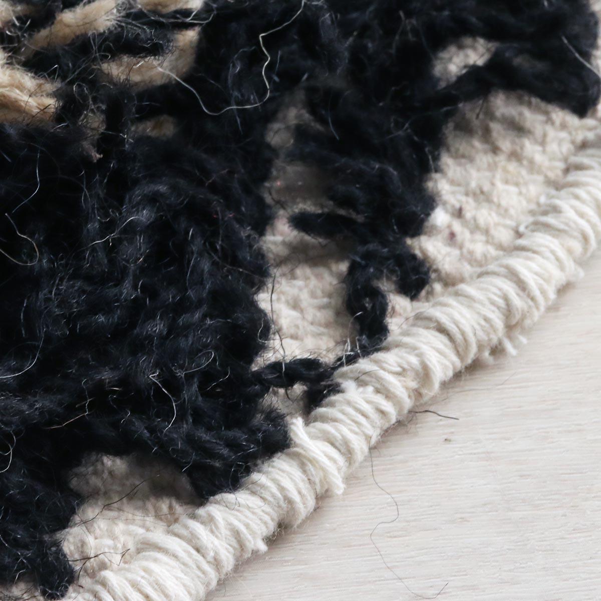 端は太めの糸でフチかがりをしています。