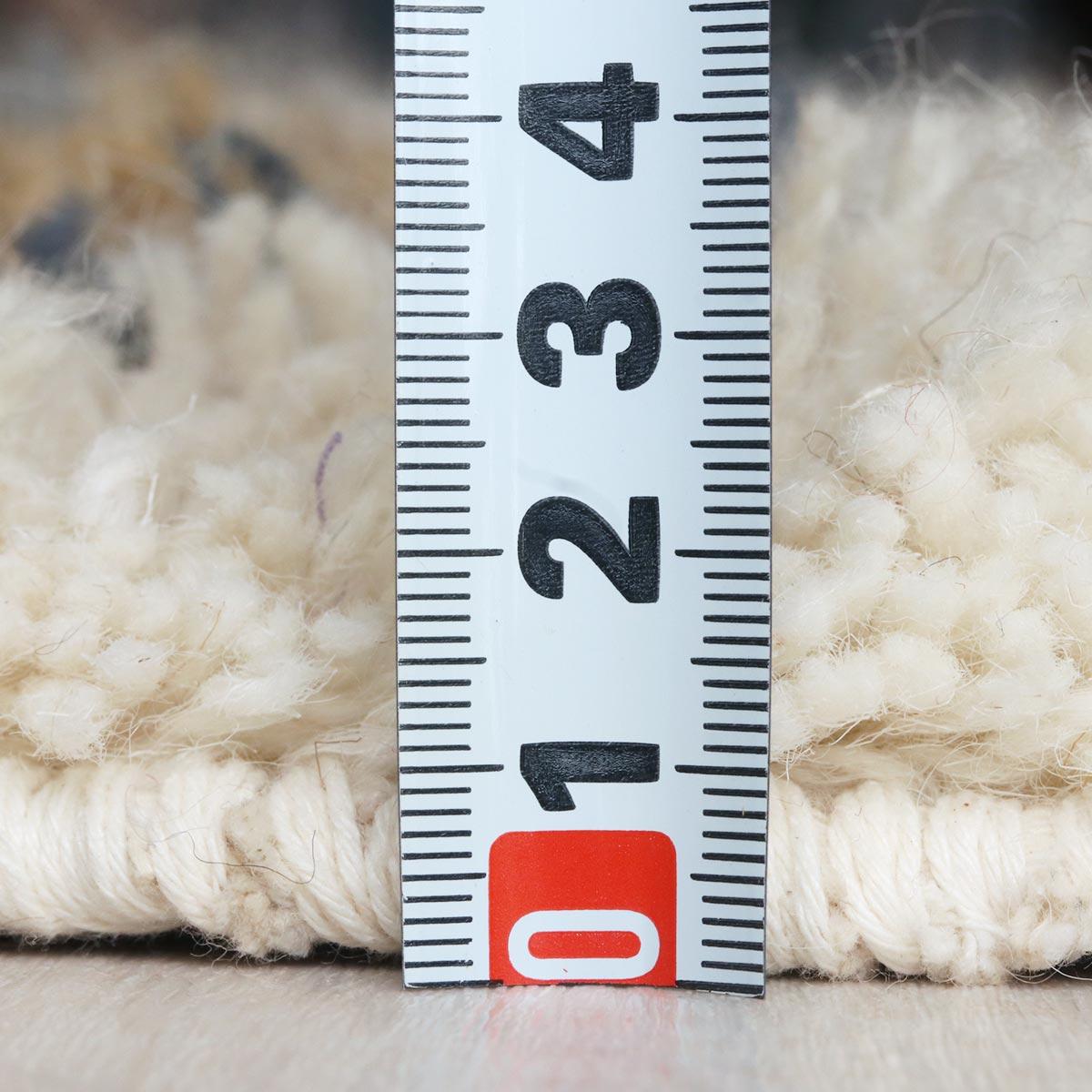 毛足が長く、贅沢な質感。程よい厚みで季節を問わずお使いいただけます。