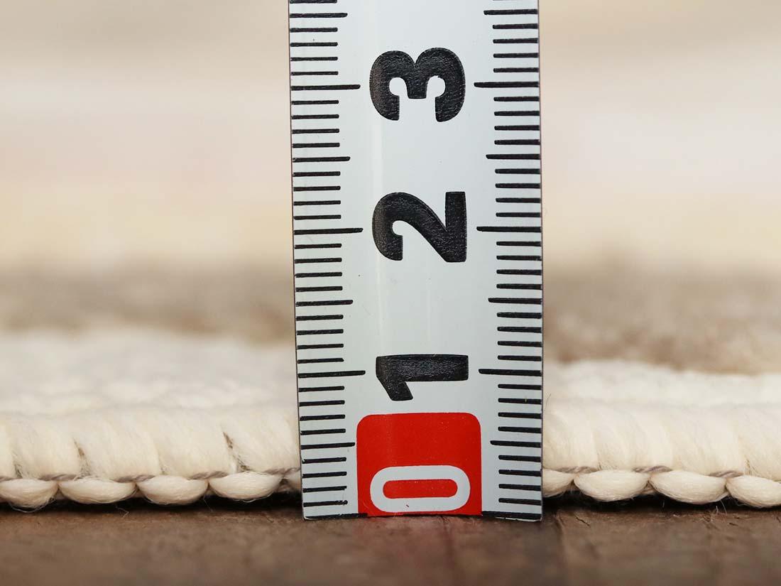 程よい厚さでテーブルの摩擦から床を守ります。
