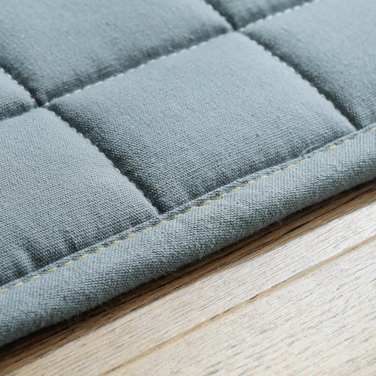 フチも同じ素材でしっかり縫い合わせています。