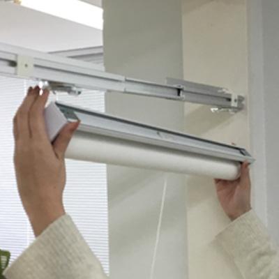 天井付け ロールスクリーン/アルミブラインド本体をブラケットに装着する